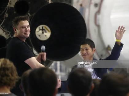 """Miliardario giapponese cerca """"donna speciale"""" per un viaggio intorno alla luna"""