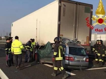 Tragico incidente sulla A1: auto finisce sotto un camion, 2 morti