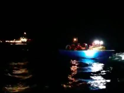 Ocean Viking di nuovo in mare e carica a bordo altri migranti
