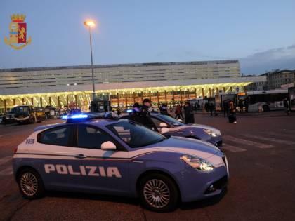 Paura in hotel a Termini: coppia di turisti rapinata e minacciata in camera