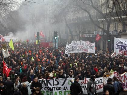 Tutti contro Macron: sindacati annunciano l'assedio di Parigi