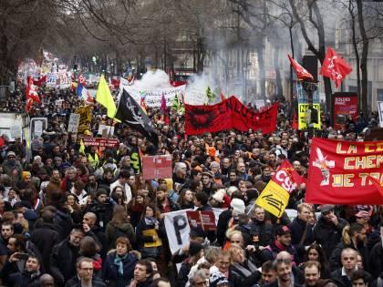 """-1 alla """"marcia"""" su Parigi. Scoppia la rabbia delle piazze"""