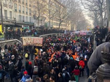 Parigi nel caos. 350 mila manifestanti assediano la capitale