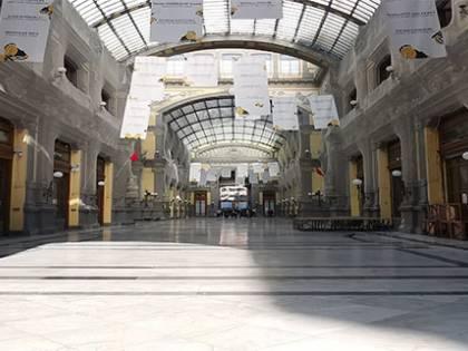 """Clochard e pure un centro sociale nella galleria """"gioiello"""" di Napoli"""