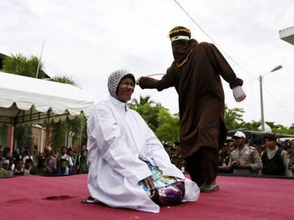 Indonesia, nasce un reparto di soli agenti-donna per fustigare chi viola la sharia