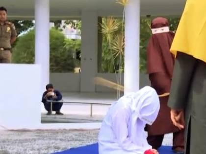 Indonesia, fa sesso prima del matrimonio: boia (donna) la frusta in piazza