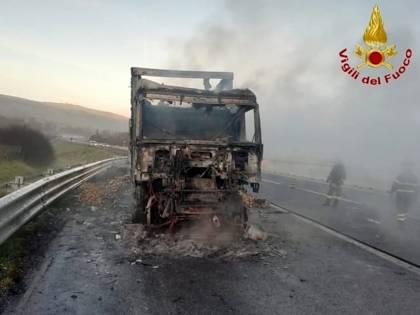 Avellino, in fiamme un camion in autostrada: traffico in tilt