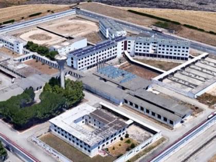 Taranto, in carcere mancano i letti e scarseggia il personale: così arrivano telefoni e droga (coi droni)