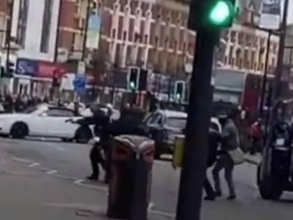 Un uomo accoltella i passanti. E Londra sprofonda nel terrore