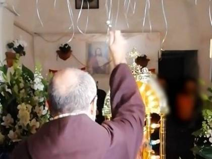 Il prete benedice la festa del clan vietata dal sindaco