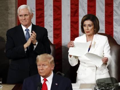 """Trump: """"Più forti che mai"""". Ma Pelosi straccia il discorso del presidente"""