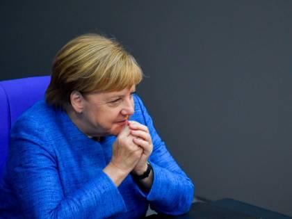 """Migranti, il piano della Merkel: """"Controlli rapidi fuori dalla Ue"""""""