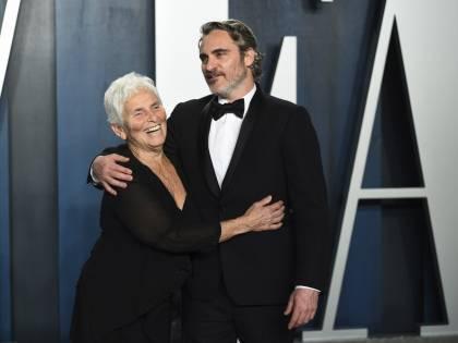 Joaquin Phoenix, festa post Oscar con mamma e fidanzata