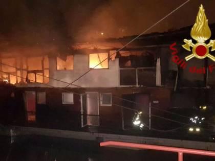 Incendio sul lungotevere, le fiamme distruggono un barcone