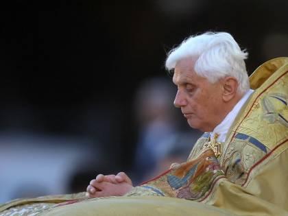 Il compleanno di Benedetto XVI: Ratzinger prega per i malati