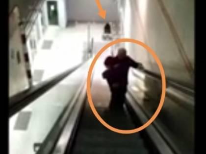 Metro Torino, l'ascensore è rotto: papà prende in braccio la figlia disabile