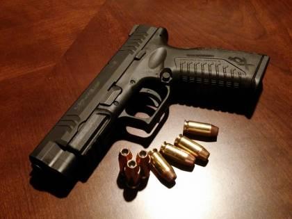 Texas, donna si fa un selfie con una pistola in mano e spara per sbaglio al nipotino