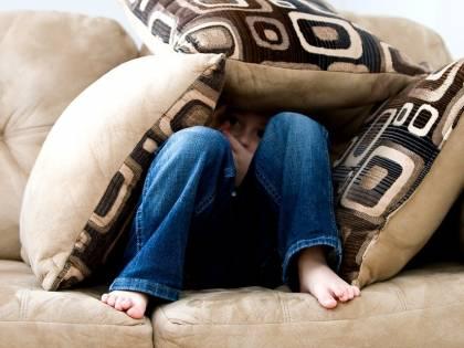 Padre dorme con la figlia e la violenta: la madre sa tutto