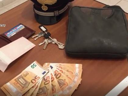 Ruba la borsa ad un'anziana e poi propone uno scambio: ladro in arresto