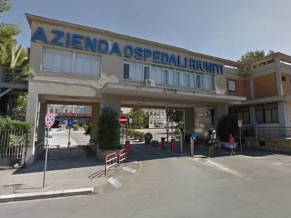 Foggia, violenza in ospedale: figli paziente aggrediscono sanitario