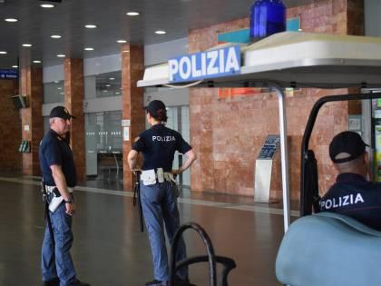 Si scaglia contro la polizia: arrestato extracomunitario