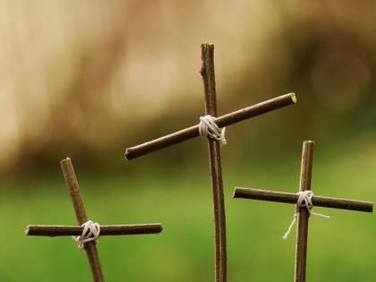 India, fanatici fanno togliere la statua di Gesù e le croci dal cimitero