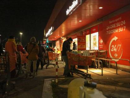 """""""Si può andare a fare la spesa"""", ma nella notte parte l'assalto ai supermercati"""