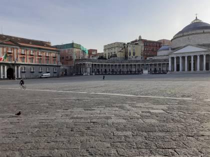 Emergenza coronavirus, strade e piazze di Napoli vuote