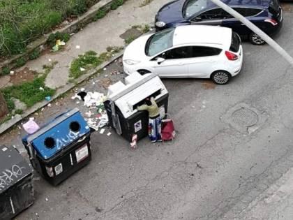 L'emergenza non ferma i rom: escono per rovistare tra i rifiuti