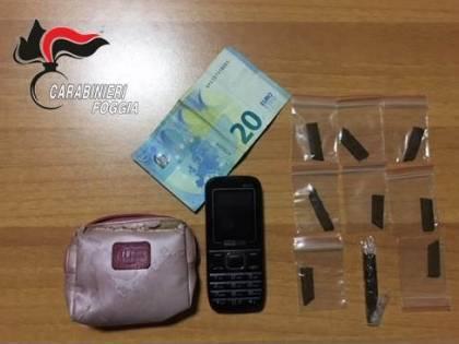 Esce di casa per spacciare hashish: minorenne in arresto
