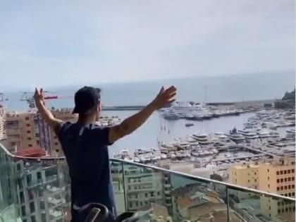 """Fabregas saluta i vicini di casa dal balcone che non apprezzano: """"Ma vaff..."""""""