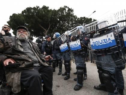 """Vietato indossare le mascherine in carcere: """"Creano allarmismo"""". E il governo manda i detenuti a casa"""