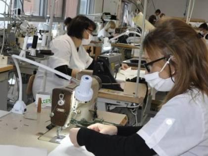 Rischiano lo stop anche le aziende che si stanno riconvertendo per produrre mascherine