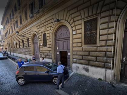 Roma, nigeriano rapina uomo poi attacca carabinieri col coltello