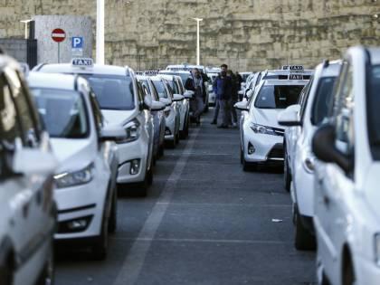 """Il Comune fa test d'immunità agli autisti Atm. Taxi in rivolta: """"Noi trattati come ambulanze"""""""