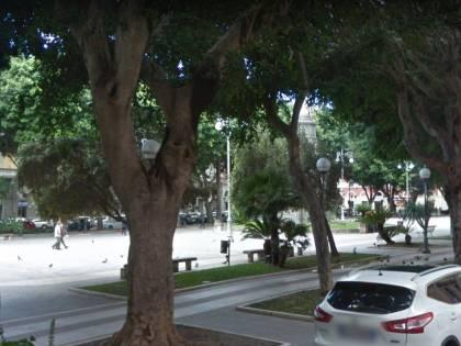 Cagliari, sorpreso a bivaccare in piazza: maliano attacca agenti
