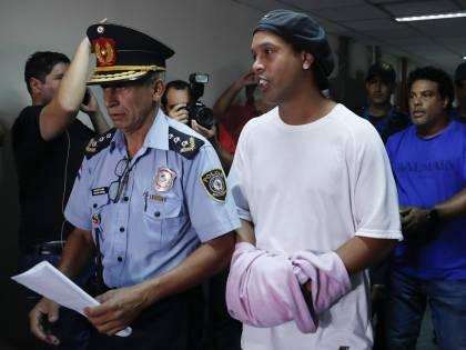 Ronaldinho lascia il carcere: pagata la cauzione per i domiciliari
