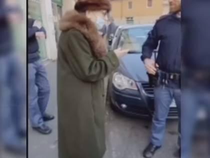 """""""È nostro dovere"""": così i poliziotti hanno aiutato un'anziana in un momento di difficoltà"""