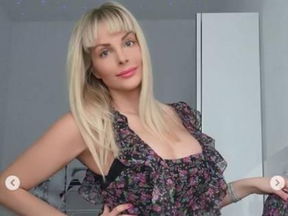 Francesca Cipriani si improvvisa parrucchiera