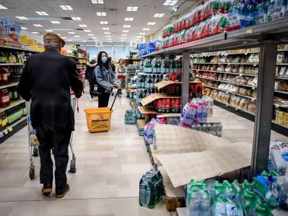 Follia in coda al supermercato Straniero ferisce tre poliziotti