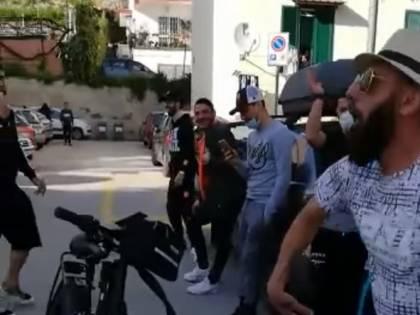 """A Pozzuoli la festa in strada con balli e canti, il sindaco: """"Scandaloso"""""""