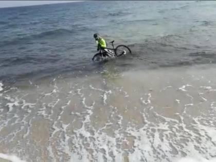Otranto, ciclista si tuffa in mare per evitare la multa