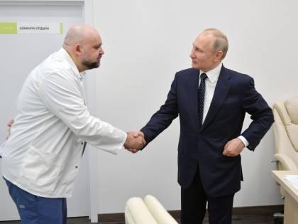 Covid-19, positivo un medico russo che ha strinse la mano a Putin