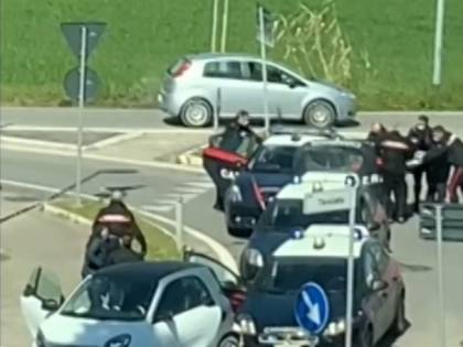Rimini, straniero sfonda posto di blocco e ferisce 3 militari