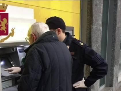 """""""Ho difficoltà a ritirare la pensione"""" e i poliziotti aiutano l'anziano"""