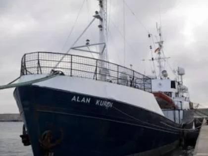 Una batosta sulla nave dell'ong La Guardia Costiera blocca tutto