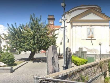 Parroco celebra la veglia in chiesa, poi il blitz dei carabinieri