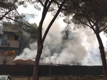 La rivolta dei migranti in quarantena, per uscire danno fuoco al centro d'accoglienza