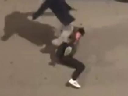 Picchia in strada la giovane convivente ma una telefonata anonima la salva