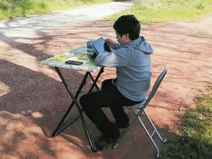 A casa non ha segnale così Giulio segue le lezioni in streaming in mezzo ai campi